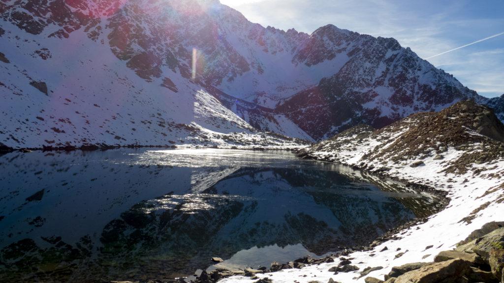 Plus haut, le second lac profite encore du soleil